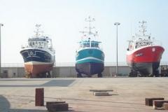 bateaux-stationnés-sur-laire-de-réparation